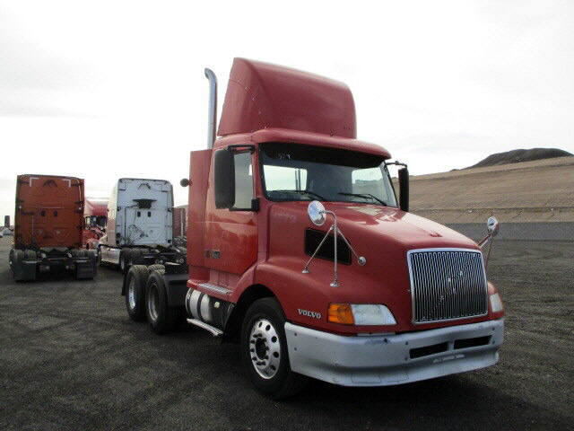 USED 2002 VOLVO VNL64T DAYCAB TRUCK #120182