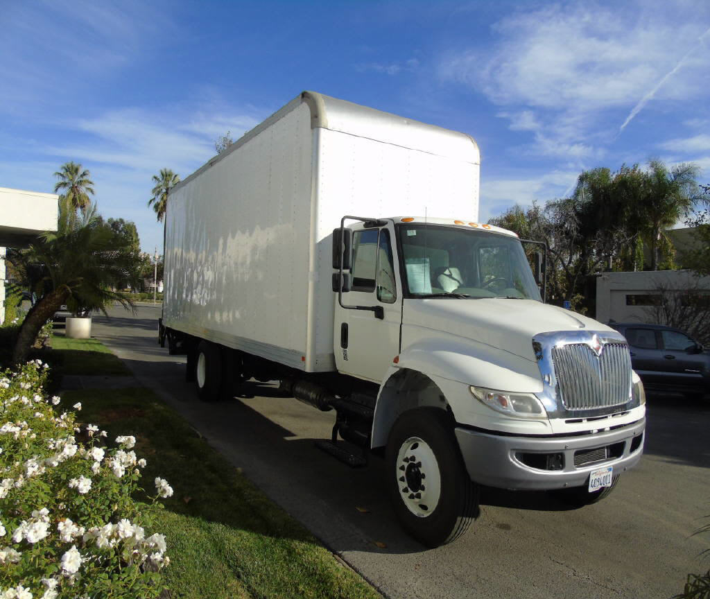 2016 International 4300  26' VAN