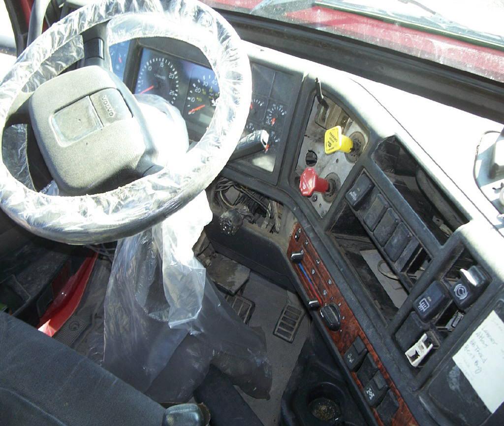 2002 Volvo VNL Day Cab
